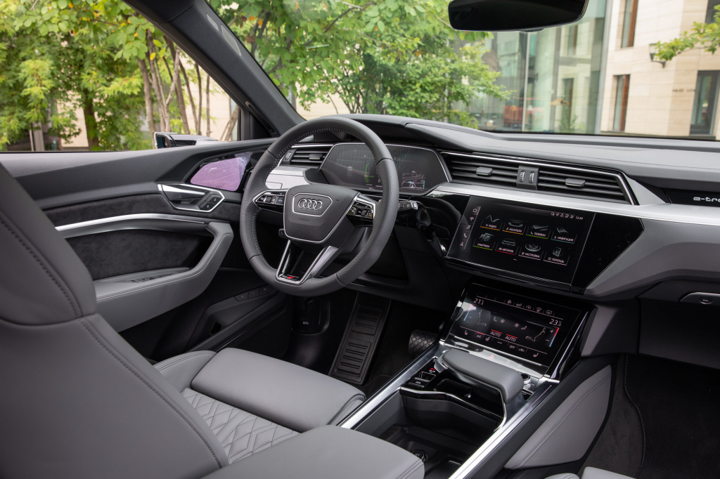 Audi_E-tron_interior_preview-3.jpg
