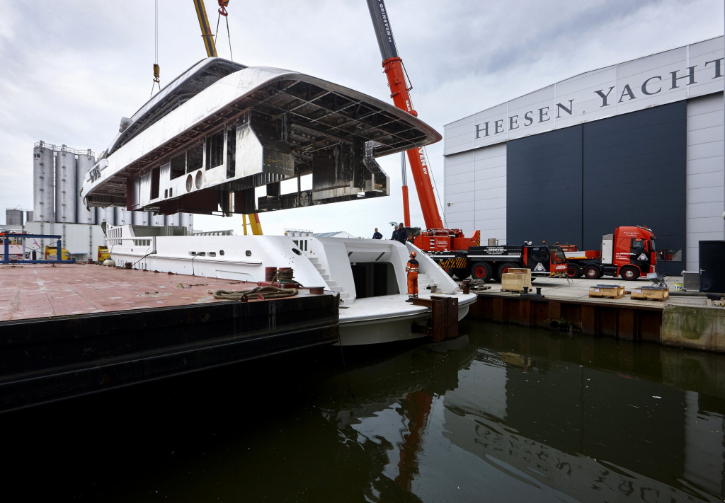 15405-heesen-yachts-marry-hull-and-superstructure-on-project-alida.jpg